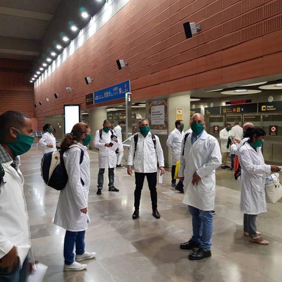 Kubanische Ärzte bei der Ankunft am Flughafen Madrid