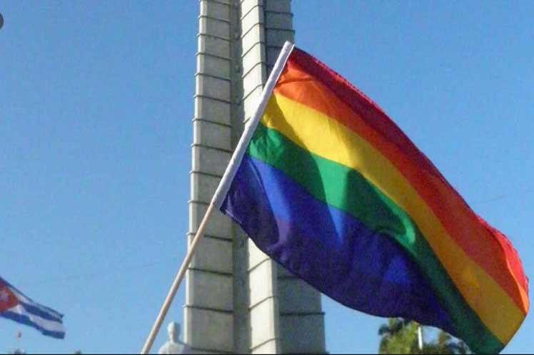 Regenbogenfahne - Platz der Revolution